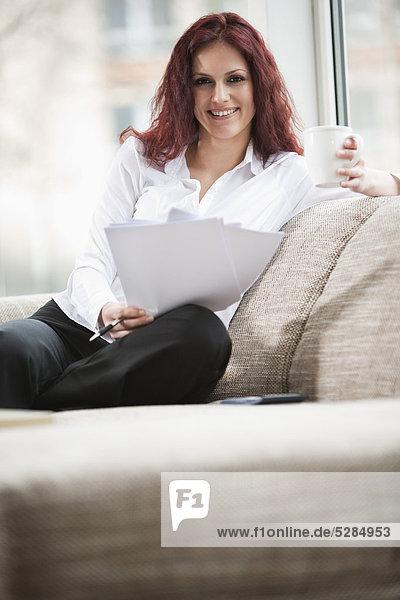 Interior  zu Hause  Portrait  Frau  Tasse  jung  Dokument  Kaffee