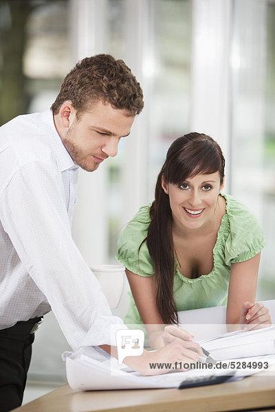 zwei Geschäftsleute  die gemeinsam am Entwurf