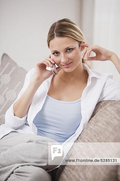 Handy  Interior  zu Hause  Portrait  Frau  sprechen  Kurznachricht  jung