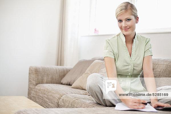 Interior  zu Hause  Portrait  Frau  Finanzen  arbeiten  jung  Persönlicher Freiraum