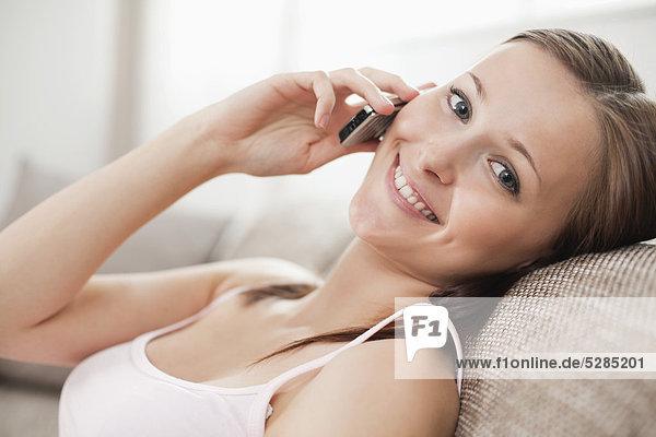 Handy  Interior  zu Hause  Portrait  Frau  Kurznachricht  jung
