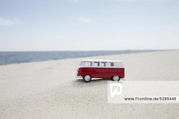 VW Spielzeugauto auf sandigen Strand VW Spielzeugauto auf sandigen Strand