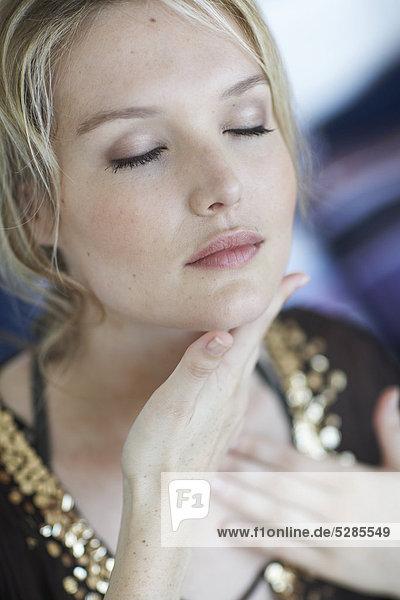 Natural Woman reiben Sahne in Hals und Gesicht