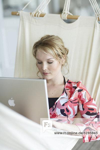 liegend liegen liegt liegendes liegender liegende daliegen Frau Notebook arbeiten Hängematte