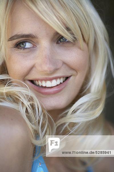 Close-up Gesicht junge  blonde Mädchen