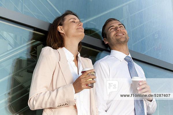Geschäftsmann und Geschäftsfrau mit Coffee to Go im Freien Geschäftsmann und Geschäftsfrau mit Coffee to Go im Freien