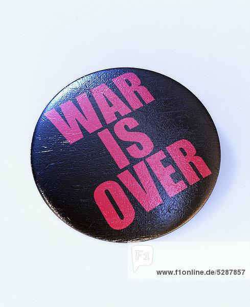 Nahaufnahme eines Buttons mit der Aufschrift War is over Nahaufnahme eines Buttons mit der Aufschrift War is over