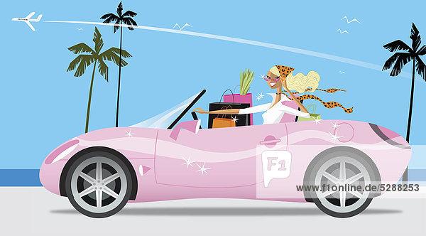 Frau mit Einkaufstaschen in pinkfarbenem Cabrio Frau mit Einkaufstaschen in pinkfarbenem Cabrio