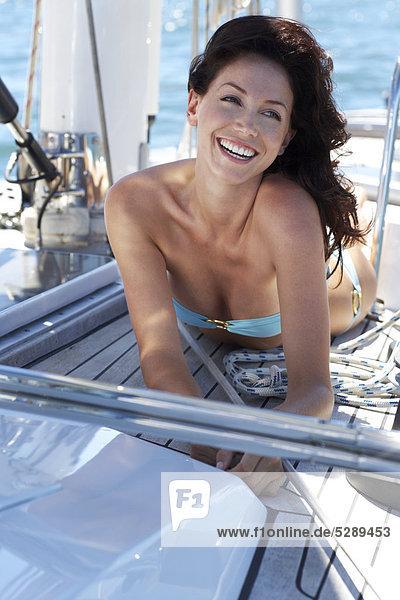 Kopf und Schultern of beautiful Woman on Deck der yacht