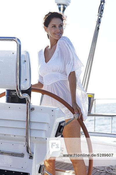 Mädchen in weißen oberen Stelzengehen auf Deck der yacht