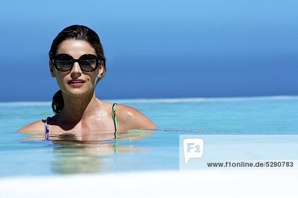 Schönheit braunhaarig schwimmen