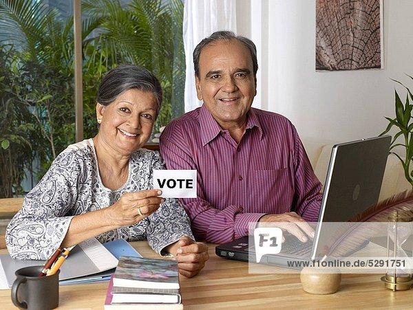 benutzen Frau Mann Notebook halten weiß Politische Wahl Karte englisch alt