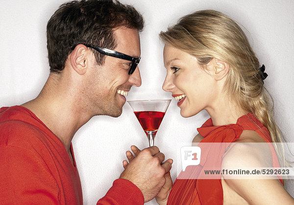 Paar mit Cocktailglas