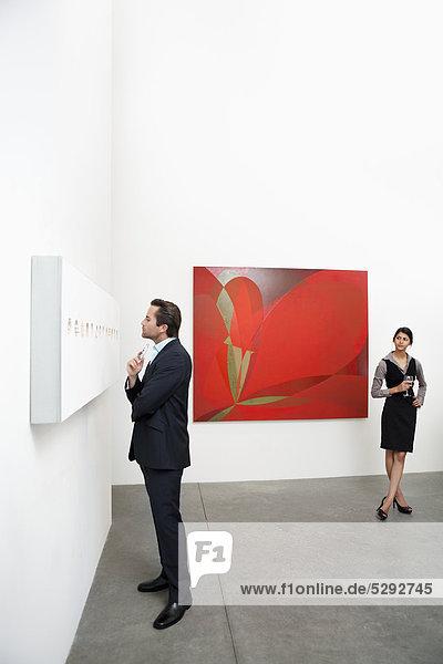 Voller Länge der Mann vor der Wandmalerei und Frau