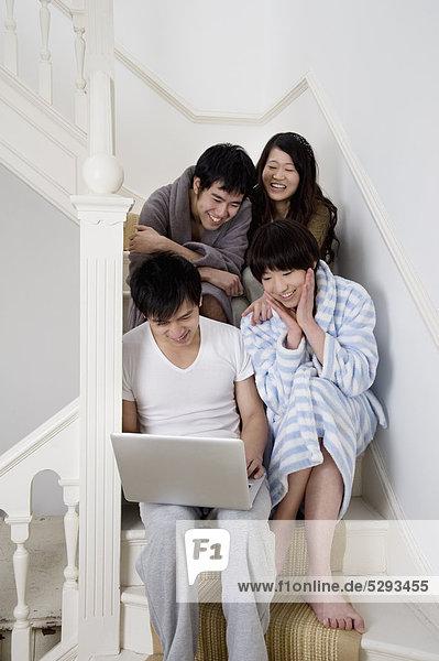 Junge Paare genießen  während mit laptop