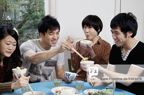 Freunde genießen Frühstück zusammen