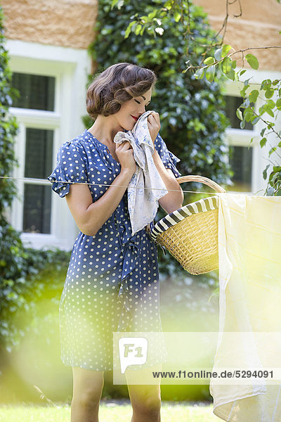 Frau riecht saubere Kleidung Frau riecht saubere Kleidung