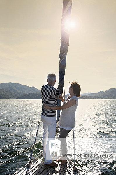 Ältere Paare segeln zusammen