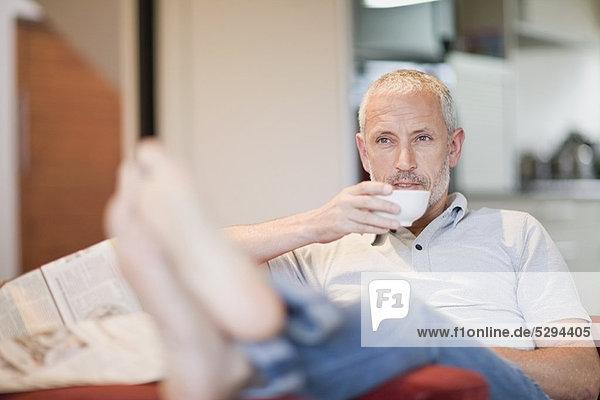 Mann  Sessel  trinken  Kaffee