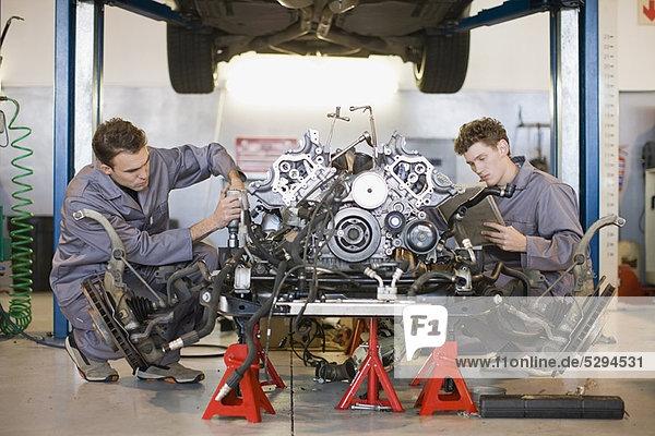 Auto  arbeiten  Mechaniker  Motor