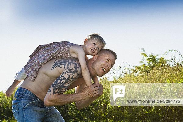 tragen  Menschlicher Vater  Tochter