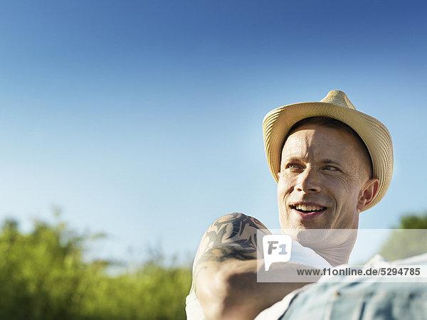 Außenaufnahme , Sonnenhut , Mann , lächeln , Kleidung , freie Natur