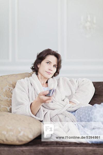 Frau  sehen  Bademantel  Fernsehen