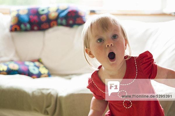 Kleinkind Mädchen keuchend im Wohnzimmer