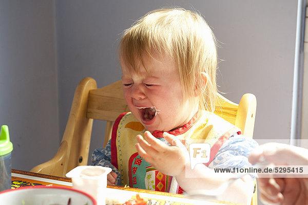 weinen  Mädchen  Tisch
