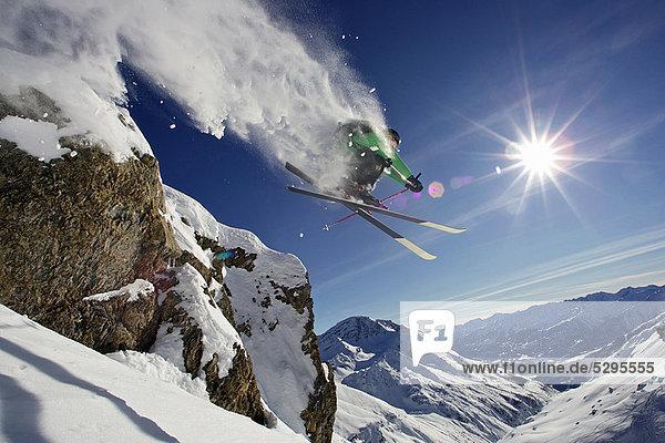 Skifahrer in der Luft auf schneebedecktem Berg