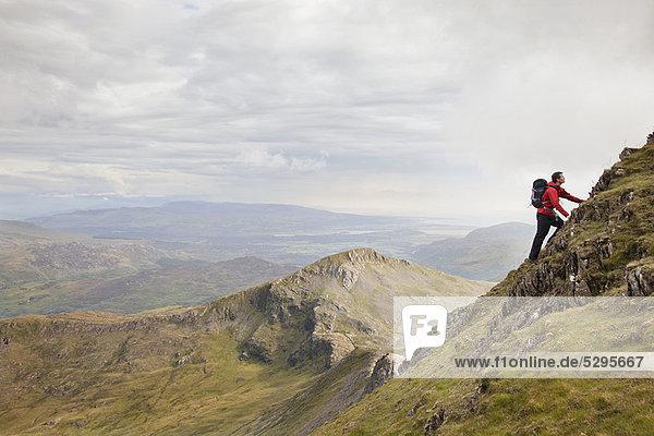Wanderer beim Klettern in den Bergen