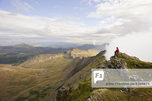 Wanderer mit Blick auf den Berggipfel