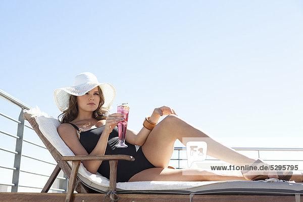 Frau Entspannung Stuhl Badeanzug Rasen