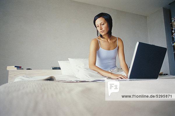 Geschäftsfrau  arbeiten  Bett