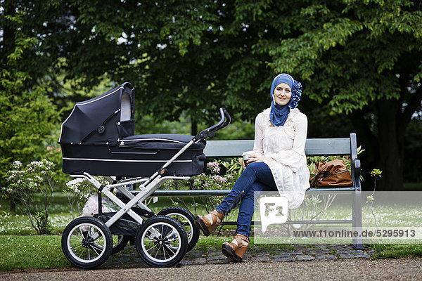 Frau  Kopftuch  Kinderwagen