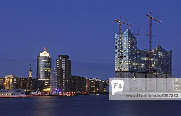 Nachtaufnahme  Hamburger Hafen  Kehrwiederspitze und Elbphilharmonie  Hafencity  Hamburg  Deutschland  Europa