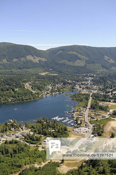 Luftaufnahme der Stadt Lake Cowichan am Cowichan Lake See  Vancouver Island  British Columbia  Kanada