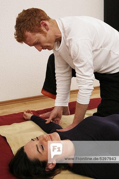 Junge Frau bei QiGong-Anwendung  QiGong-Trainer  chinesische Heilgymnastik