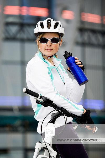 Radfahrerin in st‰dtischer Umgebung