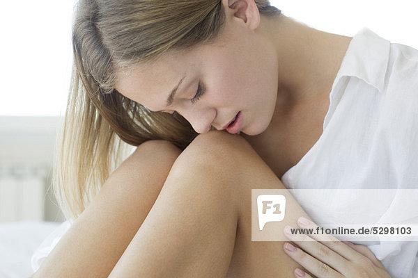 Frau streichelt nackte Beine