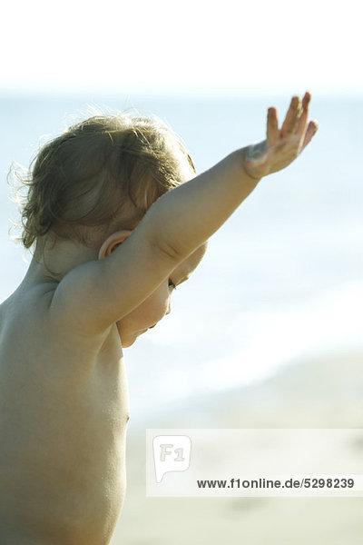 Kleinkind spielt am Strand
