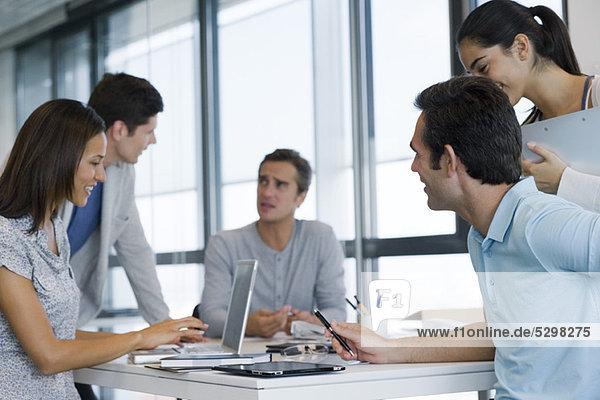 Geschäftsfreunde in Besprechung