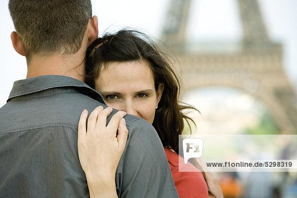 Paar im Freien umarmend