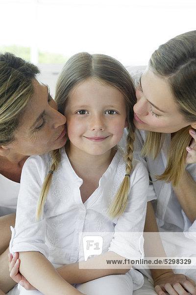 Mädchen mit Mutter und Großmutter  Portrait