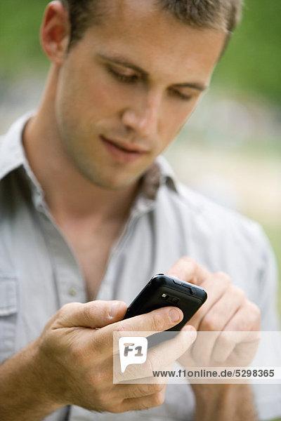 Mann Textnachrichten mit Handy