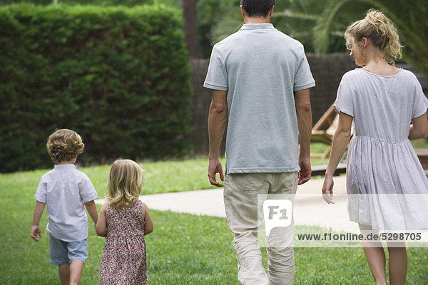 Familienwandern im Freien  Rückansicht