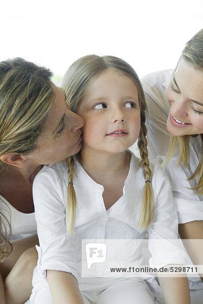 Mädchen mit Mutter und Großmutter
