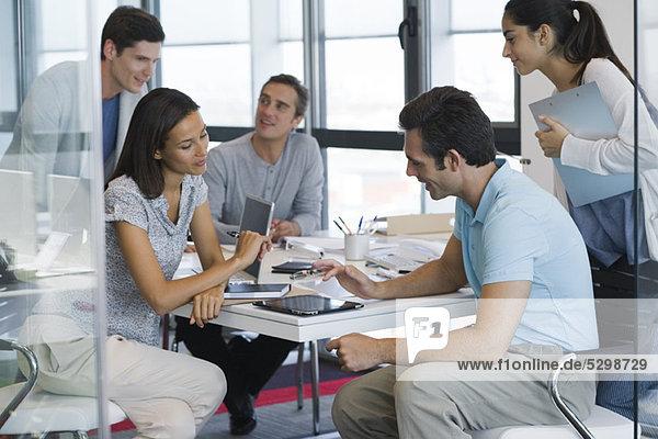 Kollegen  die im Büro mit digitalen Tabletts arbeiten