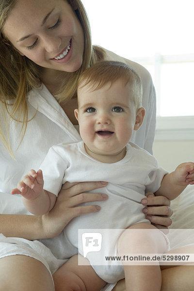 Mutter hält Baby auf dem Schoß