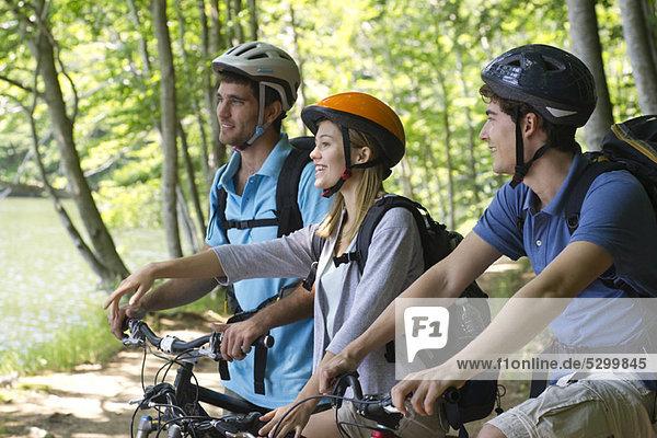 Freunde Radfahren im Wald